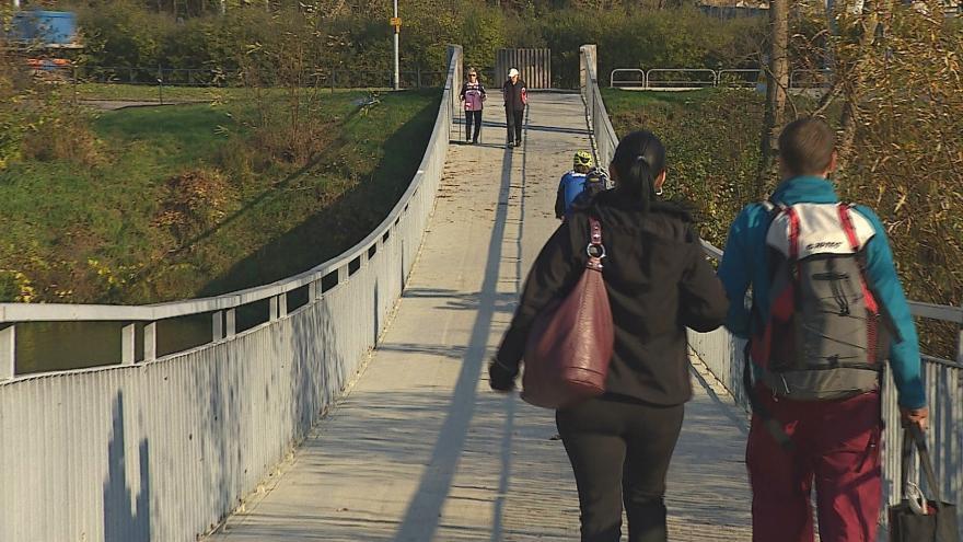 Video  Po Letenské lávce v Bystrci budou lidé chodit nejvýše další tři roky