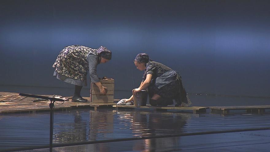 Video Káťa Kabanová je jednou z nejnáročnějších inscenací, jeviště je při ní zalité vodou