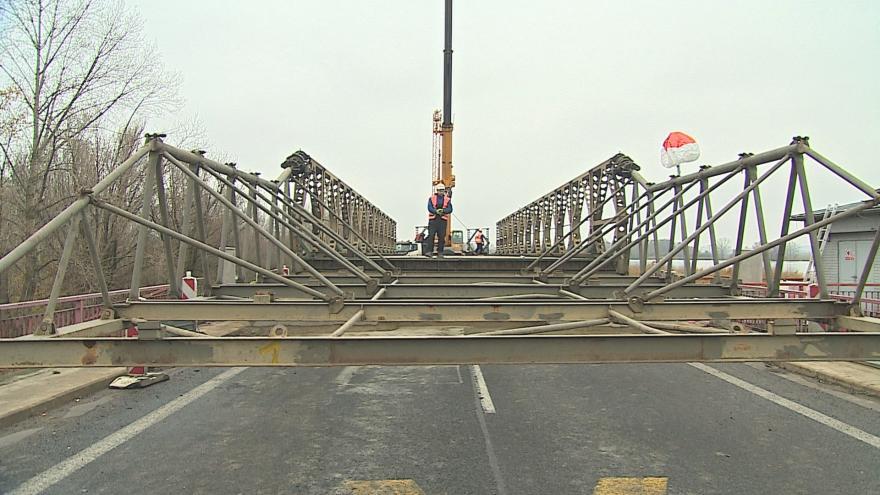 Video  Na původní betonový most nasunuli dělníci kovovou konstrukci