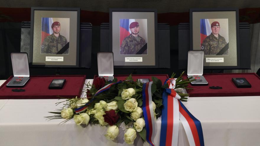 Video Události: Tři vojáci, padlí v Afghánistánu, obdrželi in memoriam ocenění od velvyslance USA