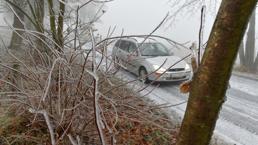 Video Události ČT: Ledovka komplikovala dopravu na silnicích i železnici