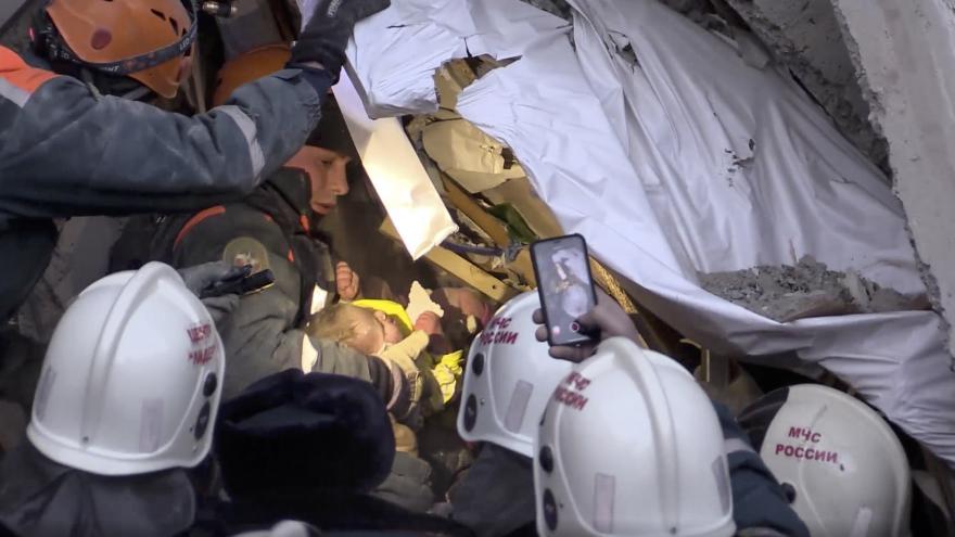 Video  V troskách domu v Magnitogorsku našli už 38 těl