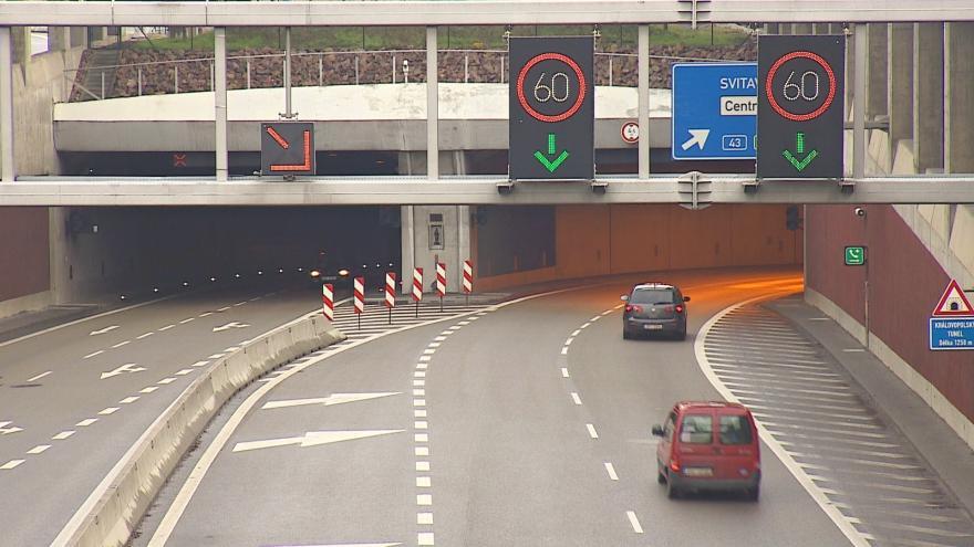 Video V Královopolském tunelu se povolená rychlost zvedat nebude