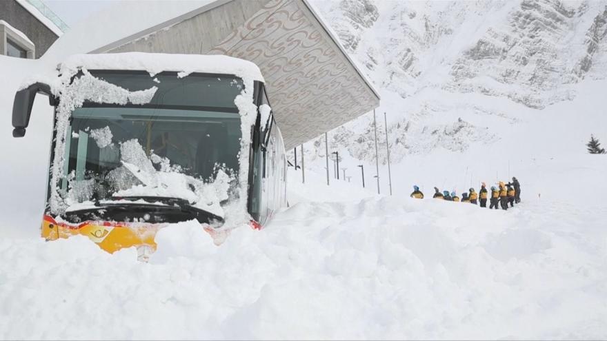 Video Alpské země dál zasypává sníh