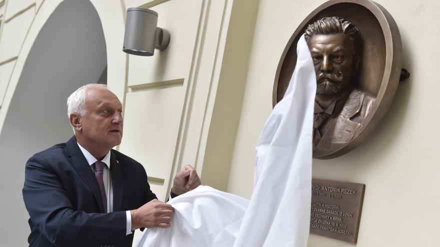 Video Rektor Petr Štěpánek odkryl reliéf Antonína Rezka