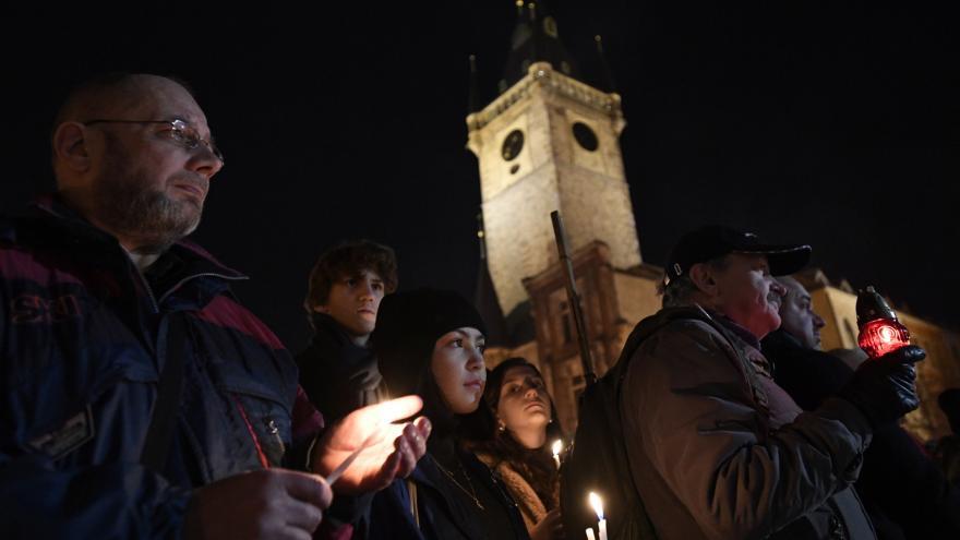 Video Tichá vzpomínka na Staroměstském náměstí očima iReportérky Veroniky Jančaříkové