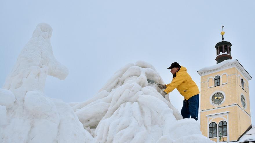 Video Obrovská sněhová socha Krakonoše vydrží v Jilemnici do března