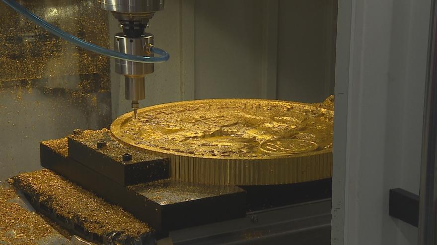 Video Největší frézovanou minci planety nechala vyrobit ČNB