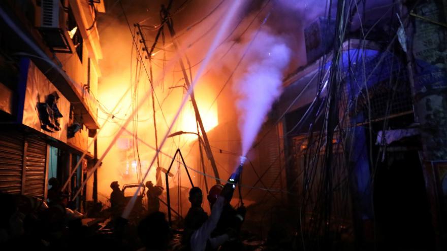 Video Bez komentáře: v křivolakých uličkách centra Dháky vzplanul dům plný hořlavin