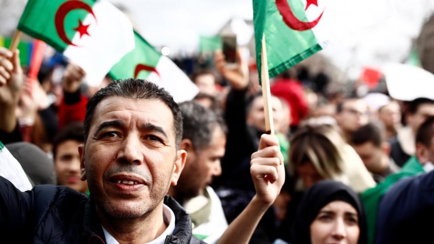 Video Chceme demokracii ne monarchii! Alžířané protestují proti Buteflikovi