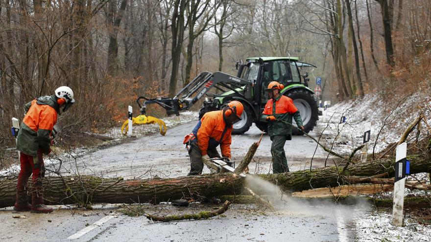Video IReportéři natočili následky vichřice. Polámané stromy a hasiče uklízející silnici
