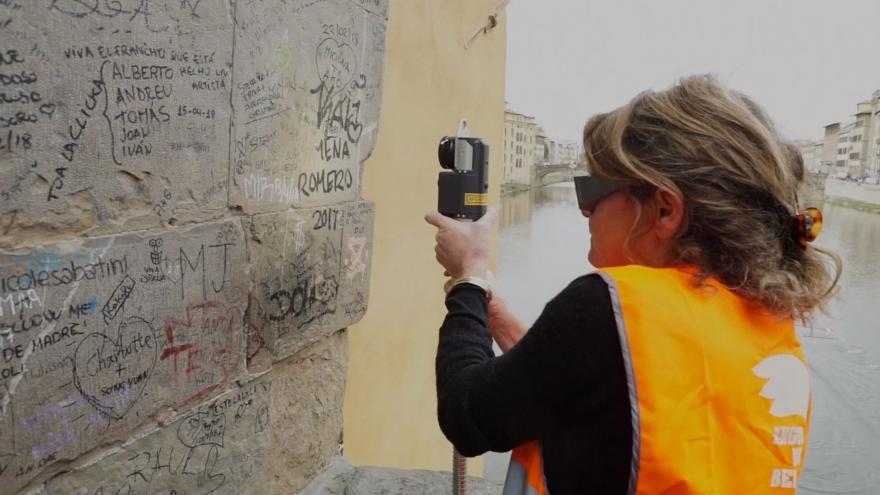 Video Horizont ČT24: Itálie testuje laser, který z památek citlivě odstraní graffiti