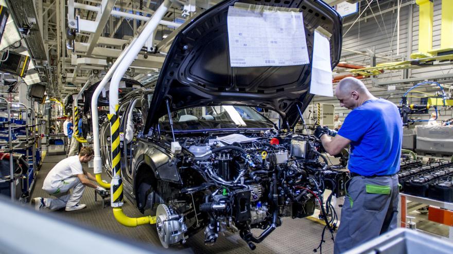 Video Výroba aut v Česku v pololetí klesla na 747 tisíc vozů