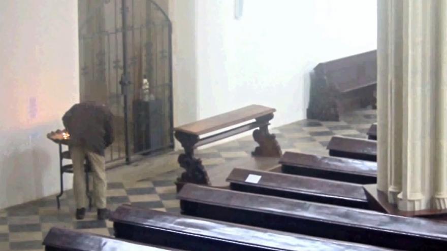 Video Muž vykrádá kasičku v kostele