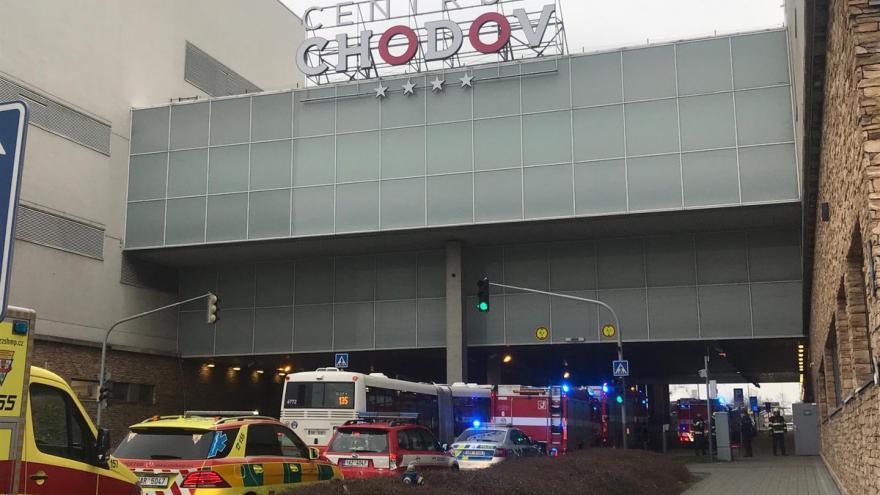Video Kvůli výparům bylo uzavřeno patro v obchodním centru Chodov