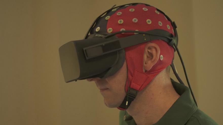 Video Horizont ČT24: Vědci díky virtuální realitě vidí do hlav policistů, když jde o život