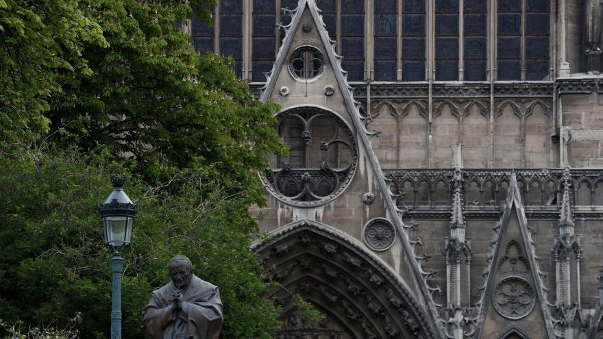 Video Notre-Dame přežil, černý scénář se nenaplnil. Zpravodaj ČT Šmíd o požáru katedrály