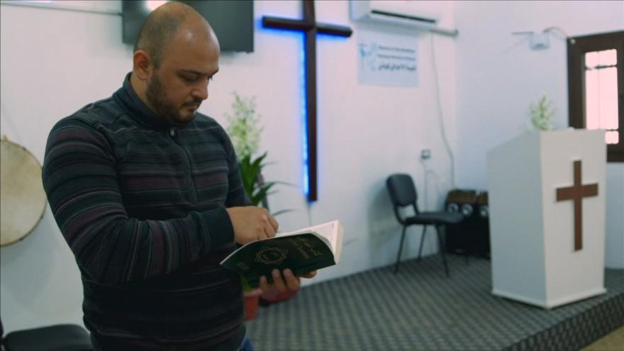 Video Horizont ČT24: V severosyrském Kobani přibývá konverzí ke křesťanství