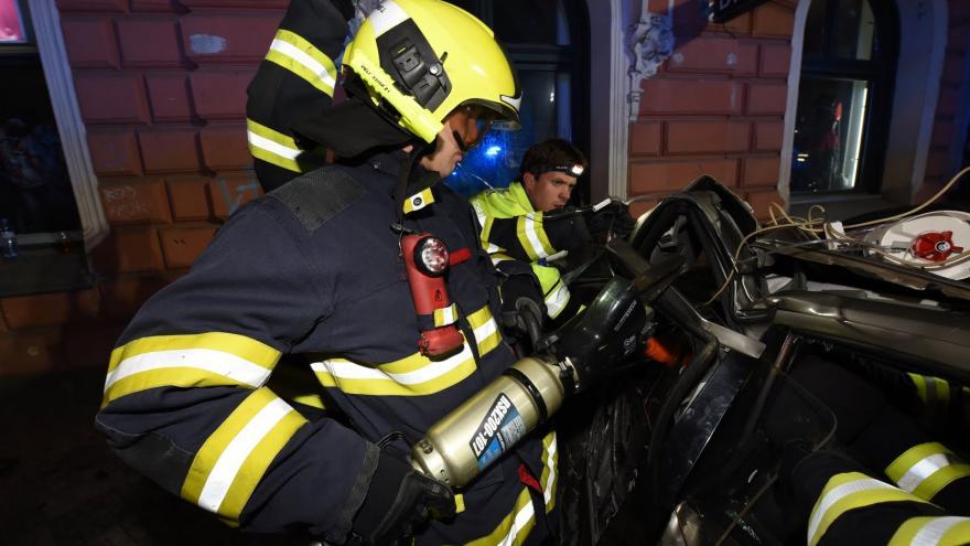 Video Zásah hasičů u nehody tramvaje a auta v pražském Karlíně