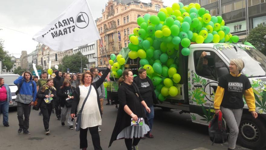 Video Události ČT: Stovky lidí se v Praze zapojily do průvodu za legalizaci konopí