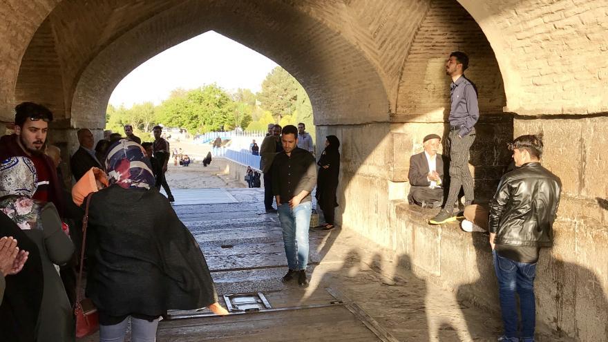 Video Zpívající Íránci pod mostem v Isfahánu