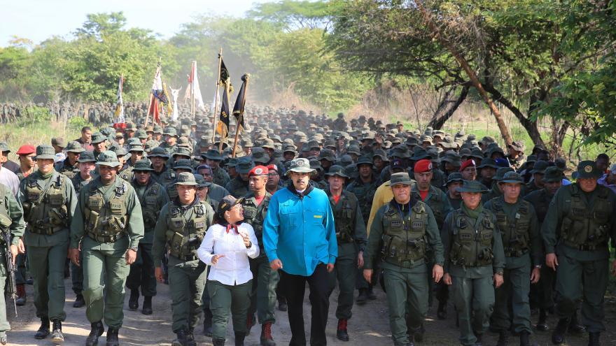 Video Venezuelané míří ke kasárnám přesvědčovat vojáky