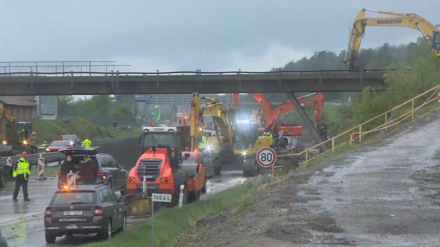 Video Události ČT: Demolice nadjezdu na dálnici D1