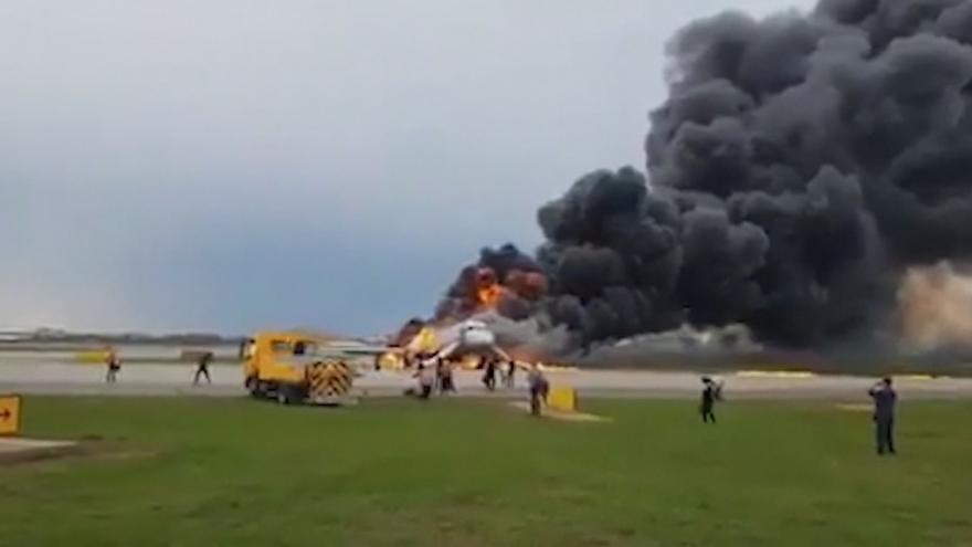 Video Horizont: Nejméně13 lidí zemřelo při nouzovém přistání letadla v Moskvě