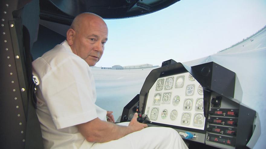 Video Čeští piloti trénují na dezorientačním simulátoru. Co vidí během letu v kokpitu?