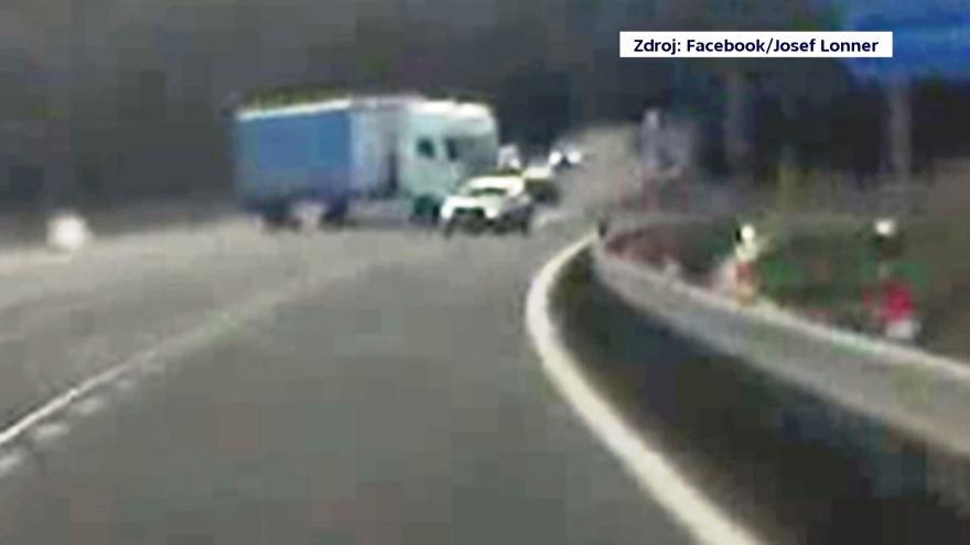 Video Nebezpečný manévr kamionu u Jablonce