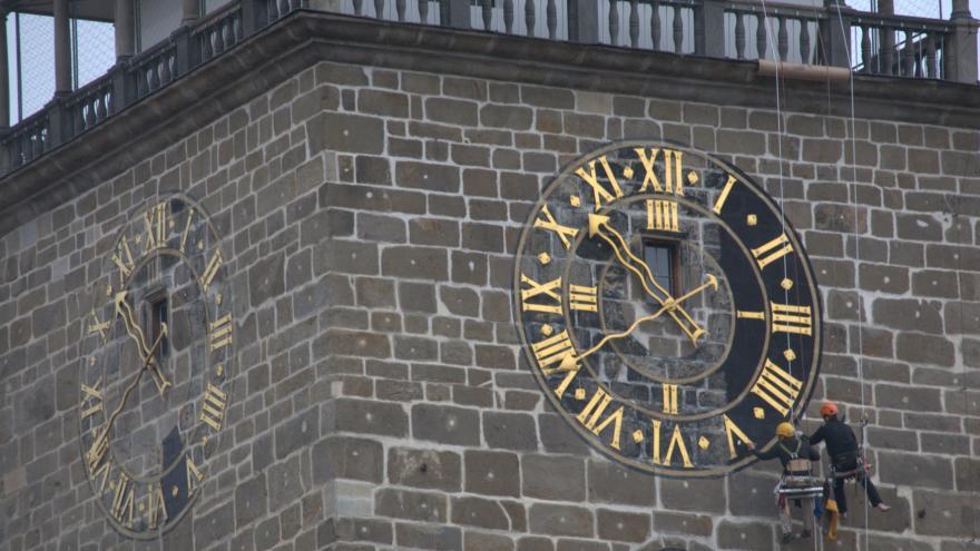Video Řemeslníci natírají ciferníky Černé věže