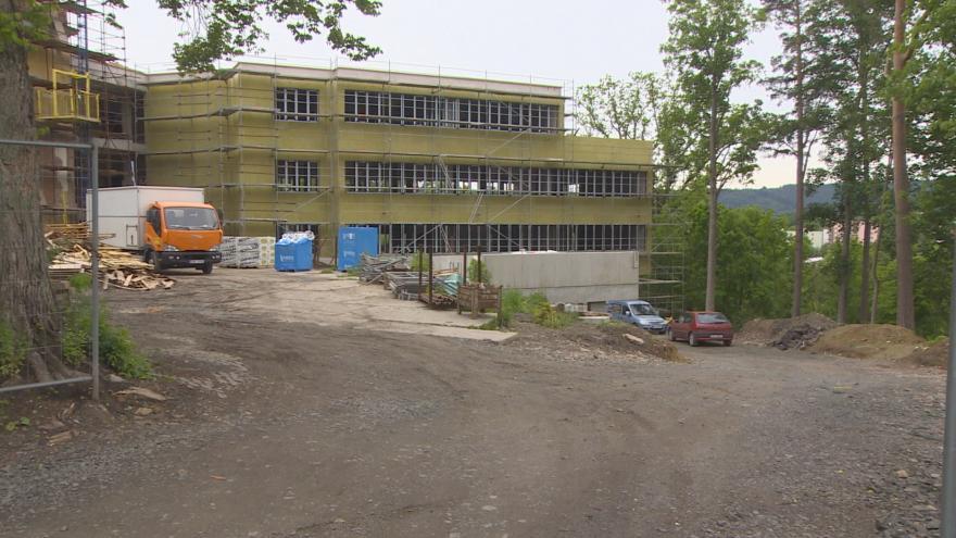 Video UvR: Na černo stavěná léčebna ve Dvoře Králové roste dál