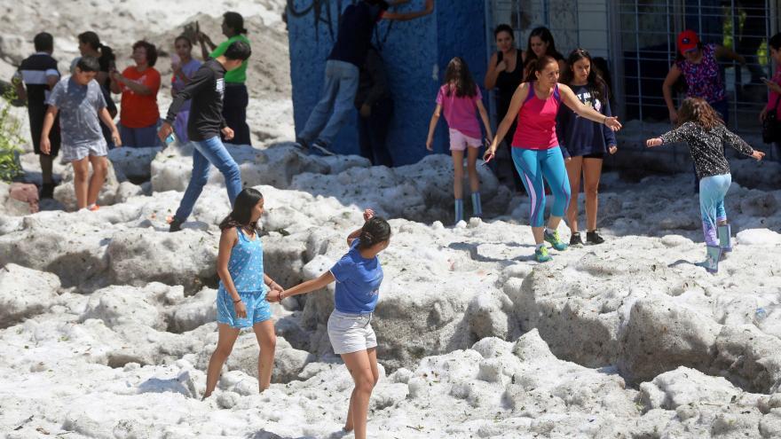 Video Při bouřce v Mexiku spadlo metr a půl krup