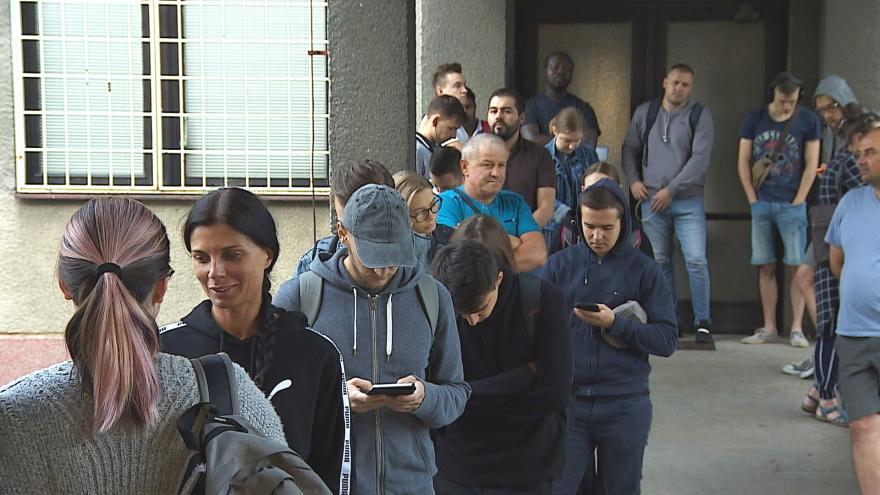 Video Fronta před úřadem se táhne až na ulici