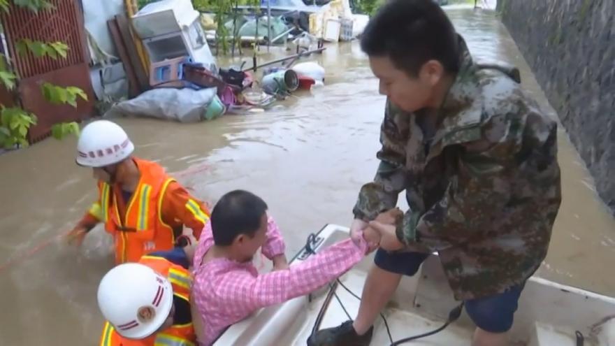 Video Čínu stále trápí silný déšť, voda dokonce strhla horskou silnici