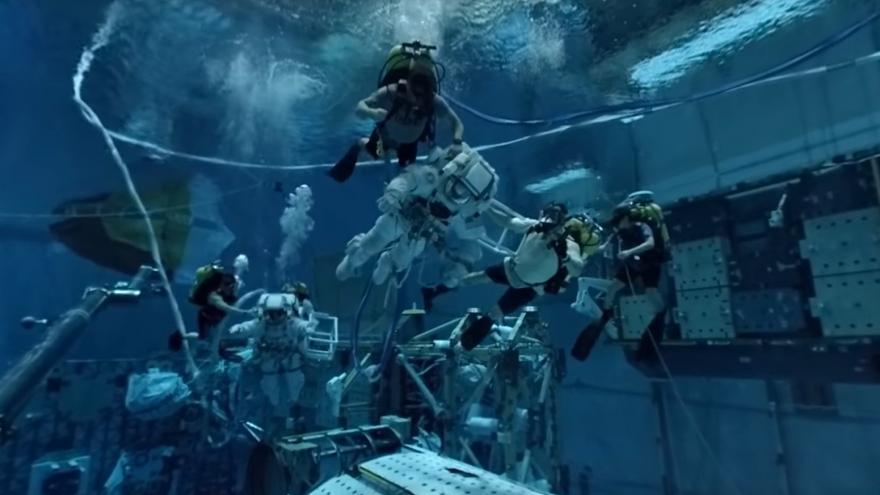 """Video """"Moonwalk"""" pod vodou? I takhle trénují budoucí astronauti"""