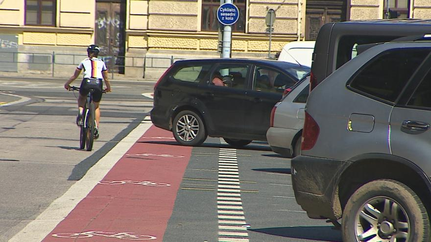 Video Vyjíždějící auta vytlačují cyklisty z pruhu do silnice