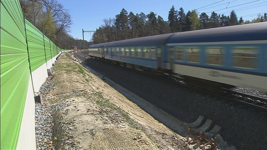 Video Události ČT: Kolem kolejí přibývá protihlukových stěn. Komplikují práci hasičům