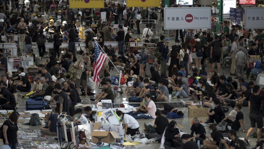Video Po střetech letiště v Hongkongu opět obnovilo provoz