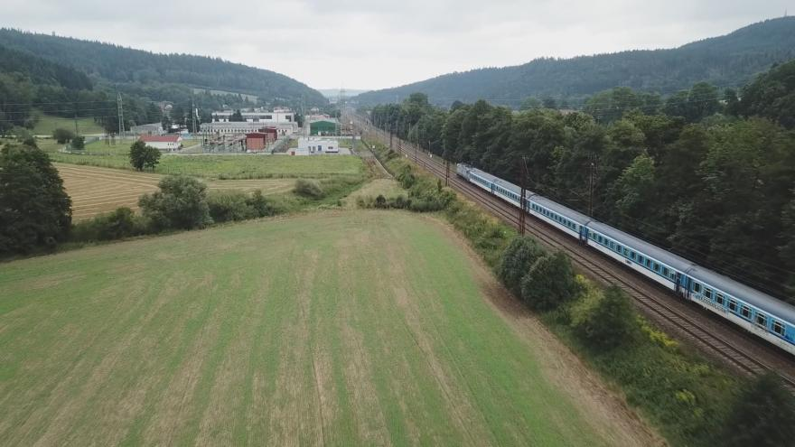 Video UVR: O stromořadí u vytížené železniční trati se přou úřady