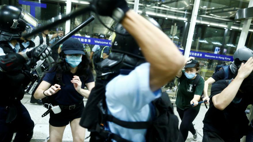 Video Policie se střetla s demonstranty na hongkongském letišti