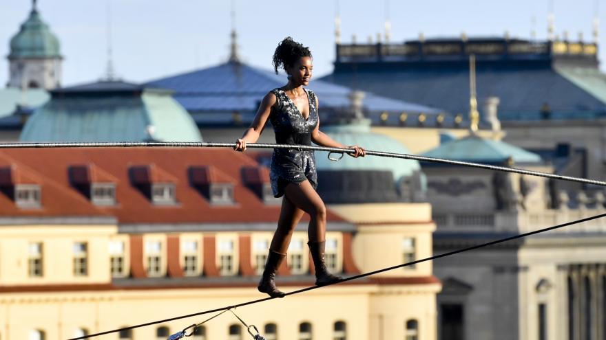 Video Provazochodkyně přešla nad Vltavou