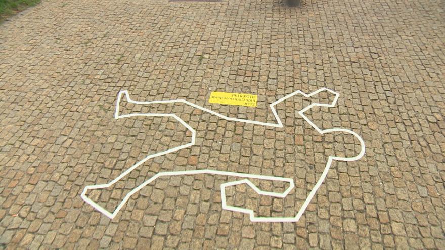 Video UVR: Siluety na chodnících připomínají vyhaslé životy chodců