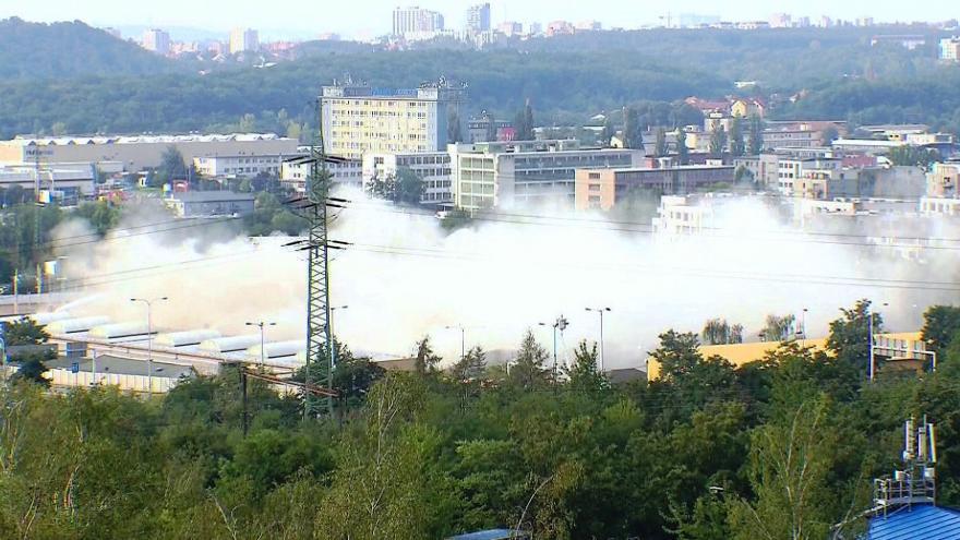 Video BEZ KOMENTÁŘE: Odstřel tramvajové vozovny v Hloubětíně