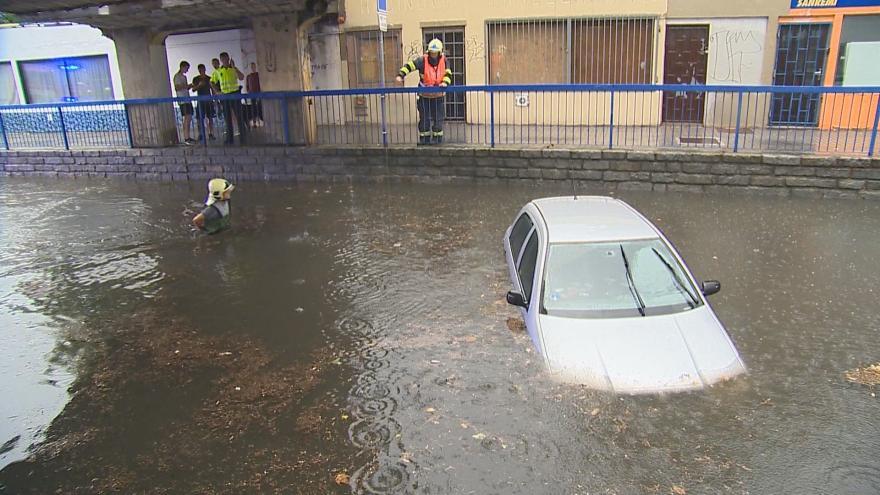 Video Zlín zasáhla silná bouře, pod vodou jsou silnice i celá auta