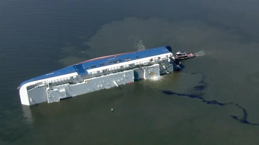 Video V USA se převrátila nákladní loď