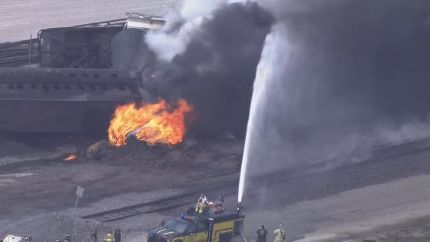 Video V Illinois vykolejil a vzplanul vlak, který přepravoval hořlavé kapaliny
