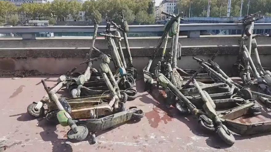 Video Lyon má problémy s odhozenými koloběžkami