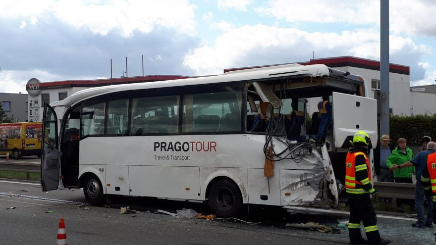 Video Na Vídeňské ulici se srazil autobus s nákladním vozem