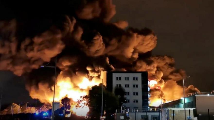Video Ve francouzském Rouenu vybuchla chemička. Objekt zachvátily plameny